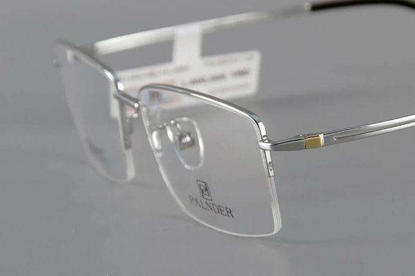 Nếu như phải sử dụng 2 chiếc kính cùng một lúc không những gây bất tiện mà còn gây khó khăn trong việc bảo quản